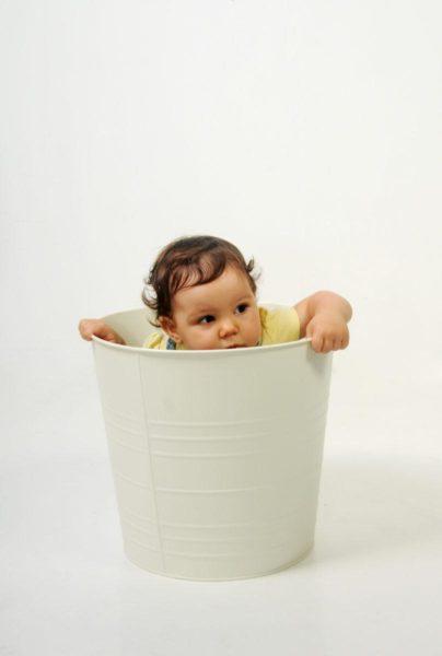 bambina dentro secchio