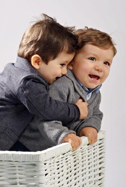 fratelli che si abbracciano