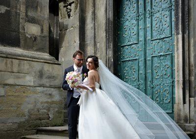 Gli sposi davanti all'ingresso
