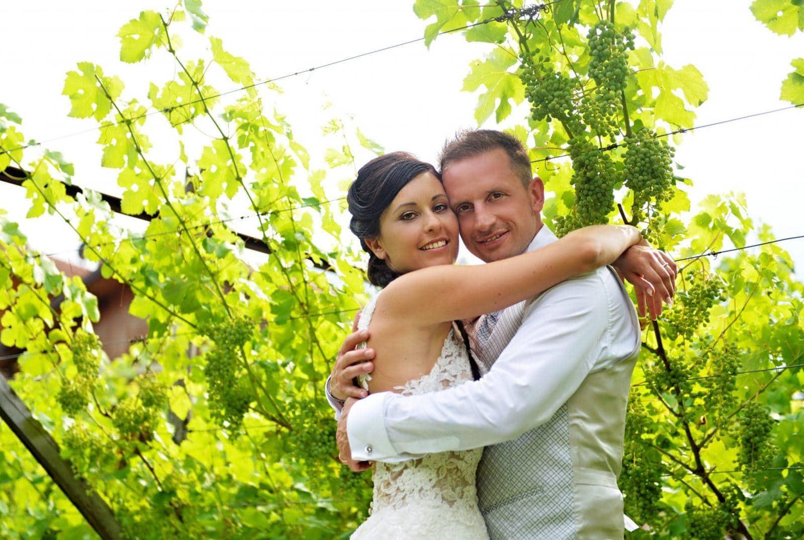 sposi in un pergolato