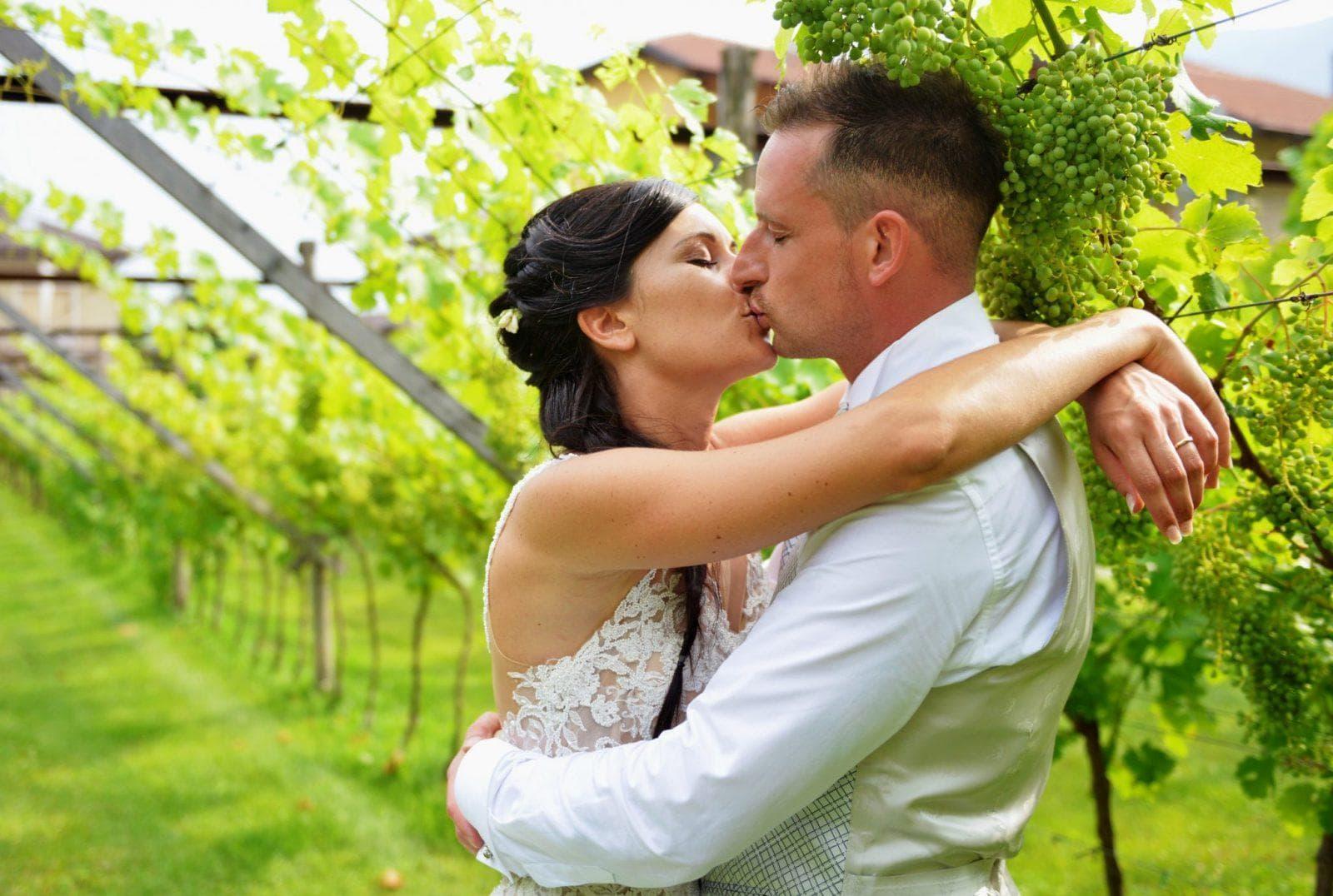 sposi in mezzo all'uva