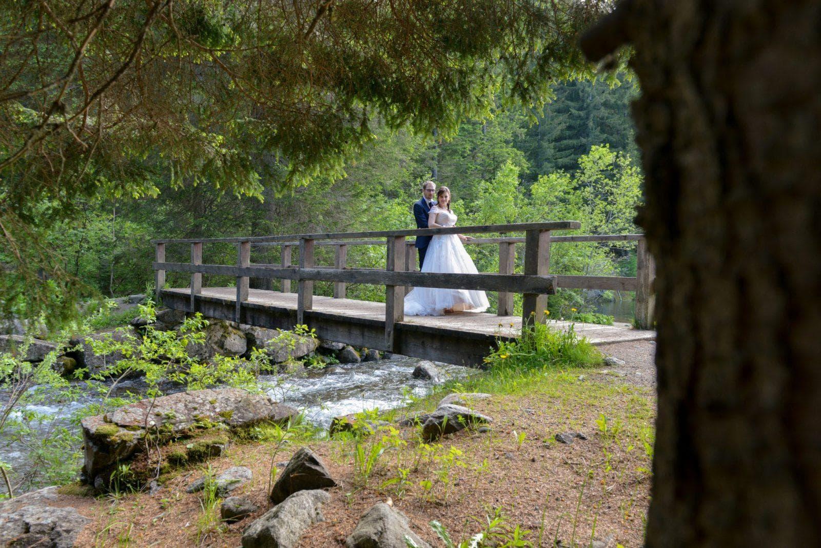sposi sul ponticciolo del fiume