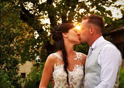 sposi bacio tramonto