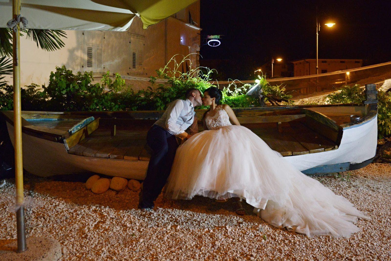 sposi sulla barca in notturna