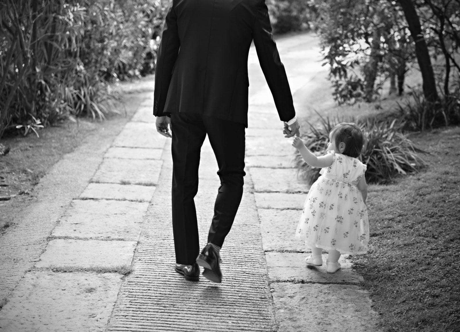 Il nonno accompagna per la mano la nipote