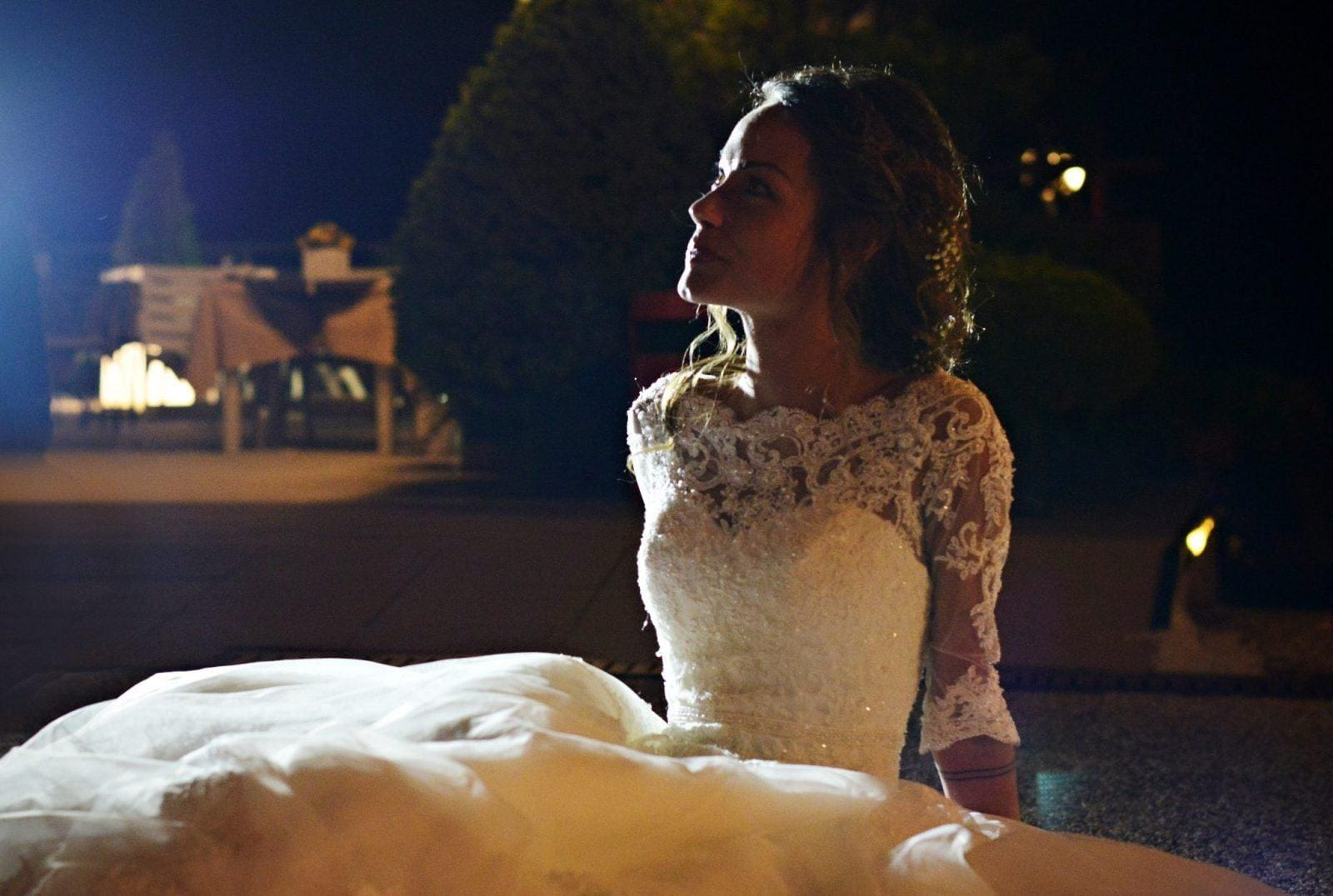 la sposa seduta sulla strada